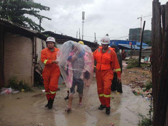 消防官兵背出被困母婴。北海市公安消防支队 李海华 任托 图