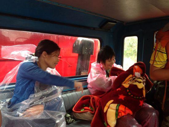 受困母婴被消防官兵安全送上消防车。北海市公安消防支队 李海华 任托 图