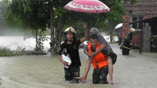 抗洪八子从洪水中救出一位70多岁的老人