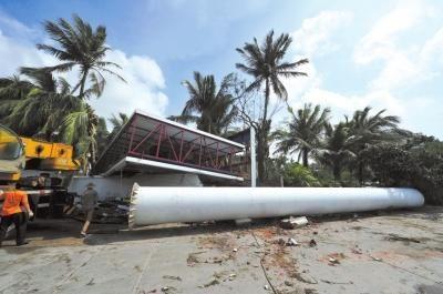 11月11日,海南省三亚市金鸡岭路路边的广告牌被大风吹倒。新华社发