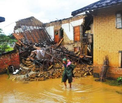 11月11日,广西博白县永安镇部分房屋被洪水冲毁。新华社发