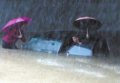 11月11日,南宁市建政东路铁道口下涵洞,一辆汽车被积水淹没。新华社发