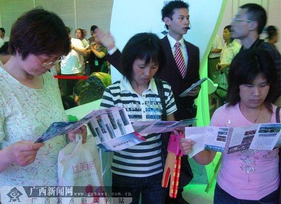 旅游景点内游客在听讲解 图/广西新闻网