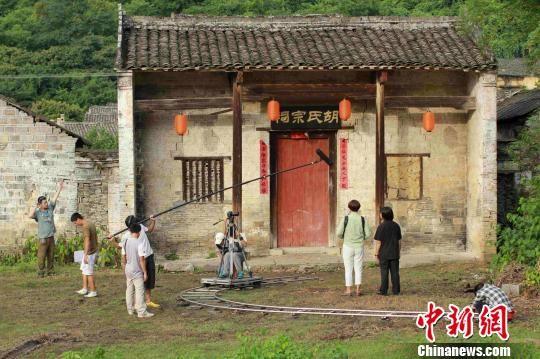 广西柳州市微电影创作团队在拍摄微电影《嫩子》(唐绍怡摄)