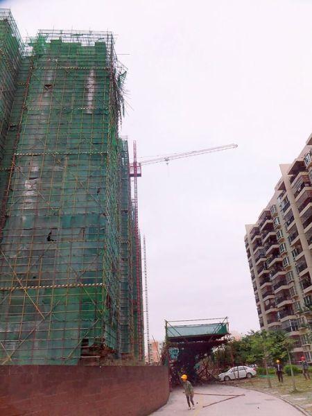 南宁在建工地脚手架坍塌。南国早报记者 赵劲松 摄