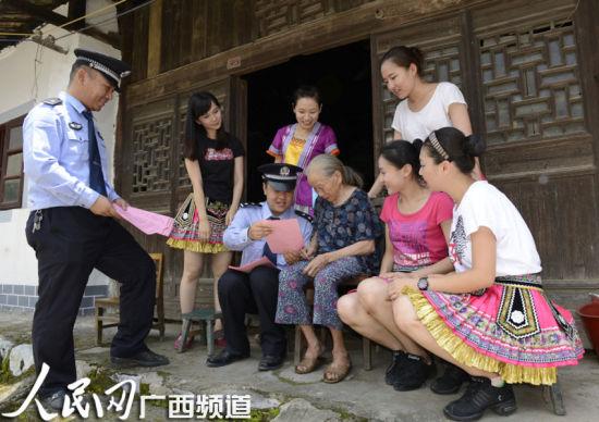 高铁护路宣传进村入户宣讲高铁安全常识。