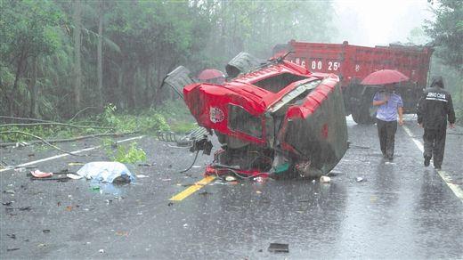 一辆货车的车头被撞断。 钟先生 摄