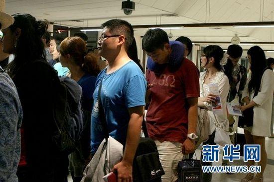 图为许多中国游客正在马累国际机场排队等候办理入境手续。(新华网/黄海敏 摄)