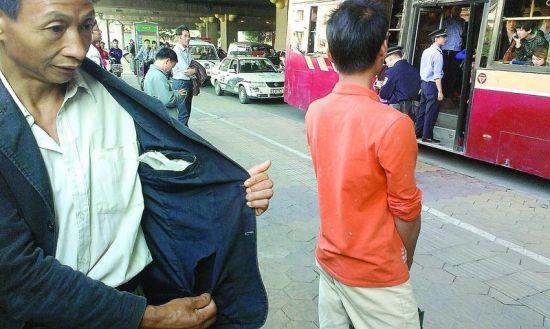 陈某的外套内侧确有一个大口子。南国早报记者 段钦中 摄