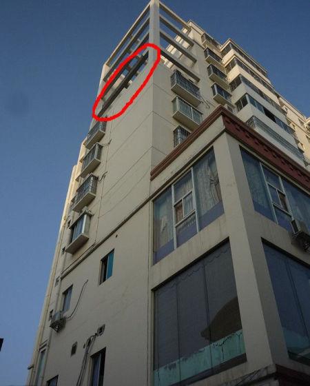 大块混凝土是从8楼整体脱落的。图片来源:南国早报