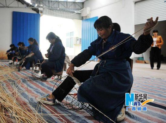 博白县民族编织工艺厂女工在车间编织灯具专利产品。新华社记者 张爱林 摄