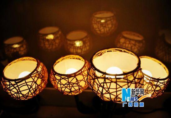 博白县民族编织工艺厂编织的灯具专利产品。新华社记者 张爱林 摄