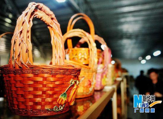 博白县为欧美市场生产的圣诞节编织篮工艺品。新华社记者 张爱林 摄