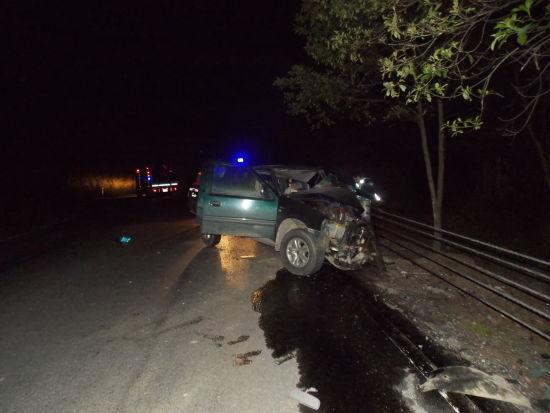 三江往柳州方向209国道板必村路段撞上护栏的皮卡车。