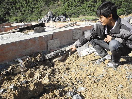 村民认为房屋地基有问题。南国早报记者 程浩楠 摄
