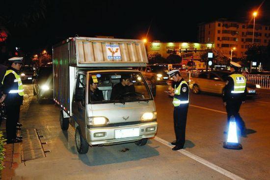 在衡阳友爱路口,交警部门对机动车驾驶员进行检查。 南国早报记者 苏华摄