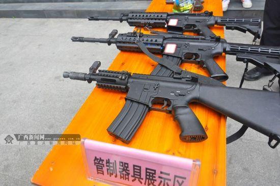 现场展示警方缴获的各类非法枪支。广西新闻网记者 潘晓明 摄