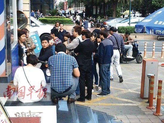讨薪人员在路边商讨下一步计划。南国早报记者 姜锋 摄