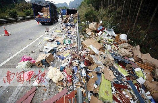 货车上装载的大量包裹散落一地。南国早报记者 徐冰 摄