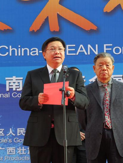 广西壮族自治区政府副主席黄日波致开幕词。