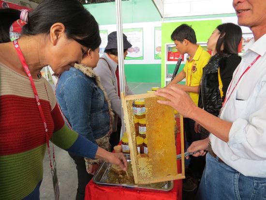 第10届中国—东盟博览会专业展林木展上的林产品不仅可以看,还可以吃。