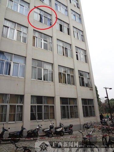落下窗体所在教学楼方位。 广西新闻网 实习生 谢欣摄