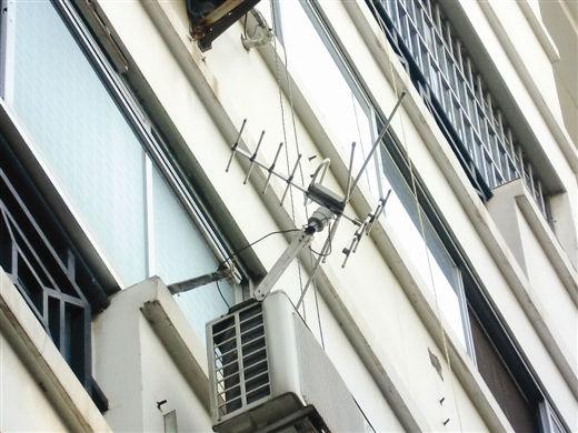 有人将电视接收天线直接焊在空调外机上。图片来源:当代生活报