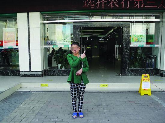 一名女嫌犯到南宁市友爱路指认现场。