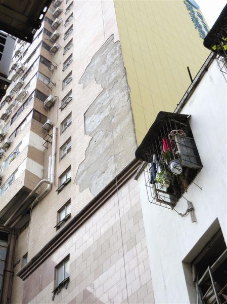 外墙上有一大片区域的瓷砖已掉落。当代生活报讯见习记者 莫绍杰 图