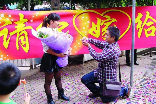 在人民公园摩天轮下,杨宁向容建琼真情求爱 南国早报记者 周伟武 摄