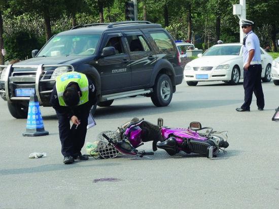 与宝马轿车碰撞电动车主重伤入院(图)