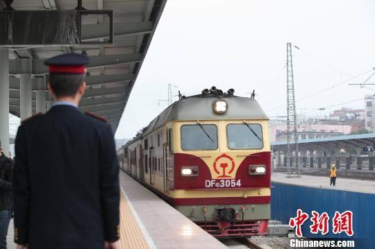 11月18日10时40分,从武昌开往南宁的K1561开入新建柳州高铁站台,成为首列驶入柳州高铁车站的列车。 谢裕增 摄