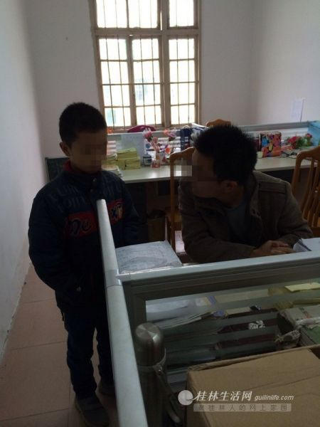 刘老师与强强谈心,希望得到孩子谅解。桂林晚报记者 蒋璇 摄