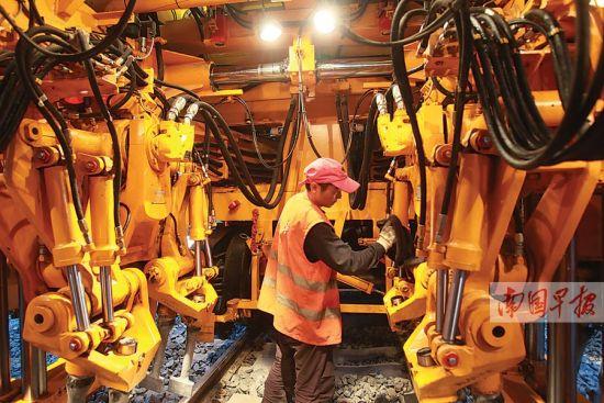 工人对捣固车内部进行调试。南国早报记者 邹财麟 摄