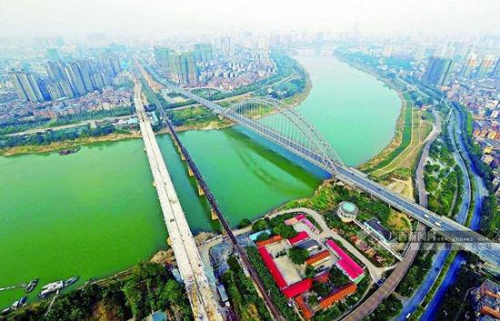 永和大桥上游高铁特大桥已跨过邕江