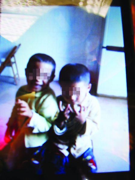 双胞胎兄弟生前的照片。南国早报记者 周伟武 翻拍