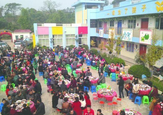 金堂县云合镇中心幼儿园内摆满了酒桌。记者 王勤 核心 摄