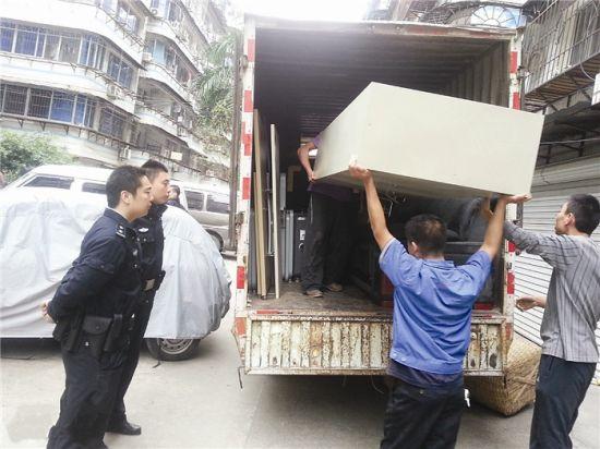 法院请来搬家公司强行搬空了被苏某占用的拍卖房屋。南国早报记者 庾琳 摄
