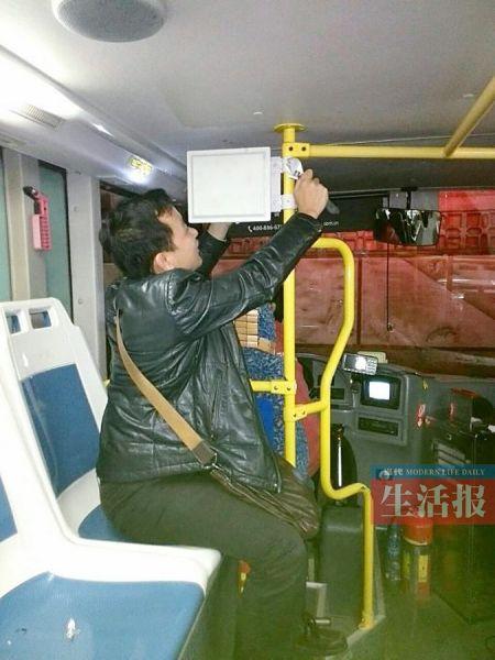 工作人员在公交车上安装4G设备。