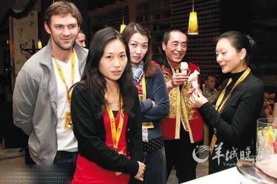 张艺谋与疑似陈婷的女子吃雪糕,左二女孩似张艺谋与前妻肖华的女儿张末 图片来源:羊城晚报
