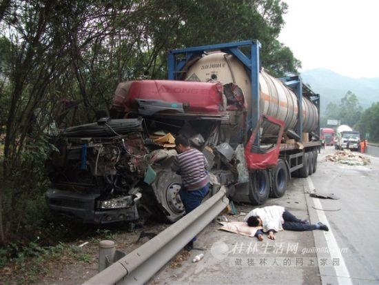 罐车冲破高速公路防护栏才停下,受伤的司机躺在地上。桂林晚报通讯员 李婕 摄