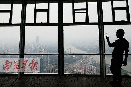 11月22日,南宁市浓雾笼罩。记者 邹财麟 摄