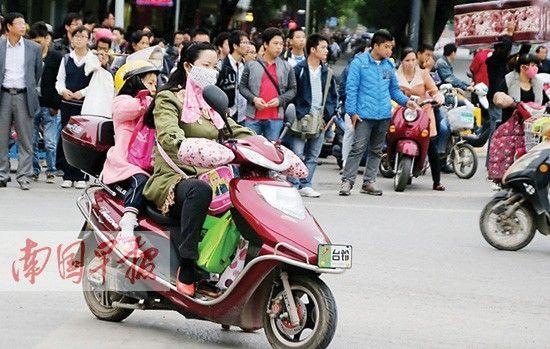 市区内空气污染比较严重时,一些市民外出不得不戴上口罩。记者 唐辉吉 摄