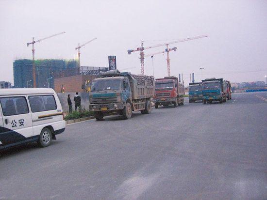被警方扣押的涉案水泥运输车辆。