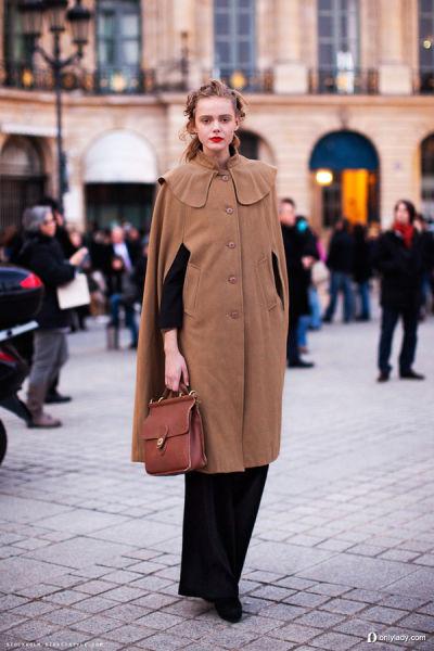 大衣裹身秀前卫驼色称霸秋冬时尚街头