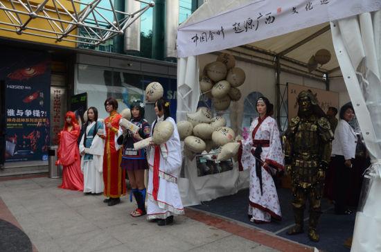 南宁电子科技广场Cosplay活动现场,古装与动漫人物同场演绎。