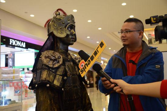 面对采访,铠甲战士依旧一动不动,眼睛不眨一下。