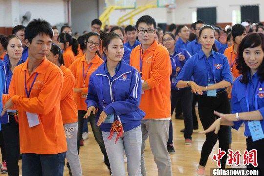 图为活动中,越南青年与壮族姑娘一起跳竹篙舞。 李俊锋 摄