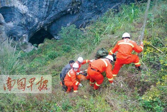 救援人员将受伤驴友固定在多功能担架上,往上运送。刘彬倩 摄