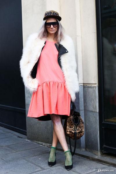 粉色连身裙
